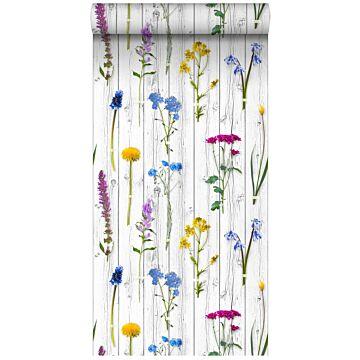 papel pintado XXL flores silvestres sobre tablones de madera vintage gris claro cálido, amarillo, azul y rosa caramelo de ESTA home